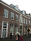 foto van Patriciershuis onder dwars schilddak met dakkapel, bekroond door gebogen fronton