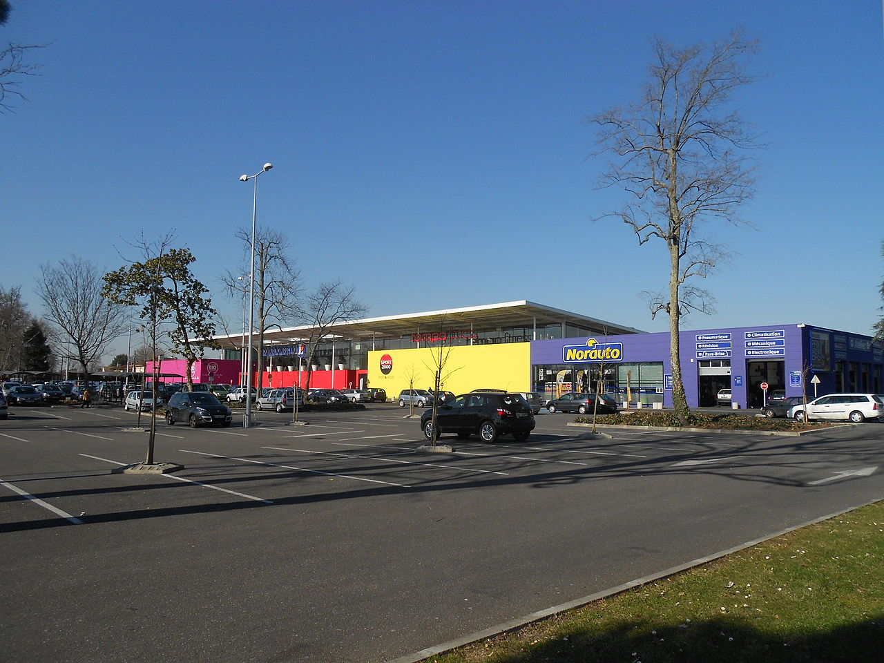 File e leclerc and norauto in talence france 02 2012 for Garage nord auto