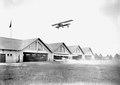 Ein Doppeldecker rollt in die Flugzeughallen - CH-BAR - 3240083.tif
