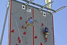 Deux compétiteurs au sommet d'un mur de vitesse