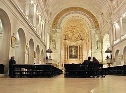 Bên trong Vương cung thánh đường Fátima