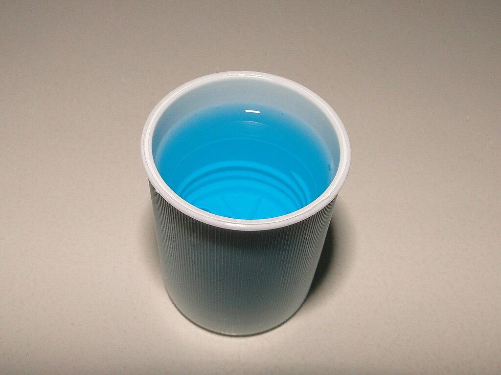 Fertiges Mundwasser dosiert in zugehöriger Verschlusskappe.jpg