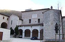 L'esterno dell'eremo e della basilica del Monastero di Fonte Avellana