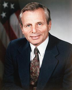דיוקן פרנק צ. קרלוצ'י ב-1987