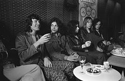The Free sitzen mit Traffic-Bandchef Steve Winwood zusammen, (Amsterdam, Juli 1970). V.l.n.r.: Stevie Winwood, Andy Fraser, Paul Rodgers, Simon Kirke, Paul Kossoff