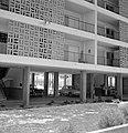 Galerijflats met daaronder parkeerruimte voor auto's, Bestanddeelnr 255-3495.jpg