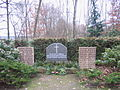 Gedenksteine der Kriegsgräberstätte auf dem Kahrener Friedhof.jpg