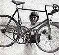 Georges Paillard et son vélo type stayer, utilisé en mars 1937 (puis octobre) pour son record mondial de vitesse à vélo sur le plat derrière abri, à l'autodrome Linas-Montlhéry (137.404 kmh).jpg