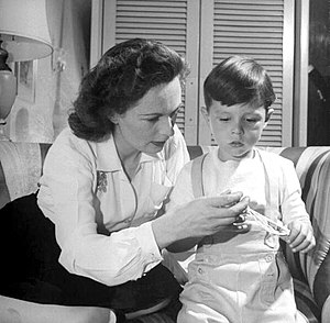 Geraldine Fitzgerald - Geraldine Fitzgerald and three-year-old Michael Lindsay-Hogg (1944)