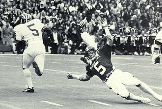 Gordon Bell (American football) - Bell eludes a Michigan State defender, 1975