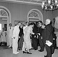 Het koninklijk paar tijdens de ontvangst in het gouverneurspaleis in Willemstad, Bestanddeelnr 252-3591.jpg