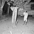 Het luiden van de klok voor de kerkdienst in Langetabberje in Suriname, Bestanddeelnr 252-6729.jpg