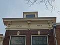 Hoge Gouwe 23 in Gouda (3) Overhangende daklijst met 3 putti.jpg