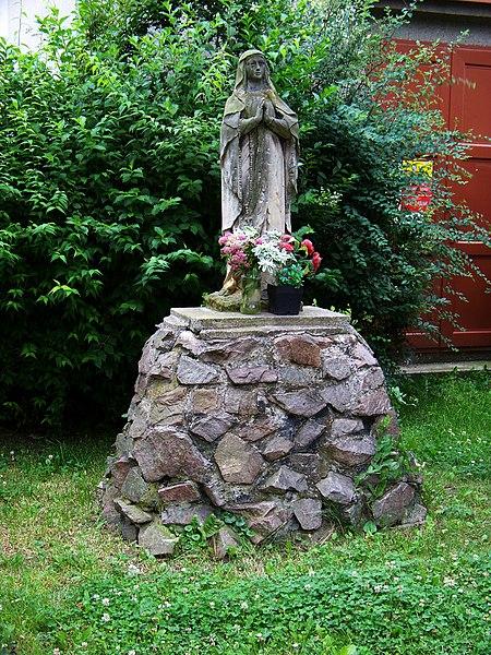 File:Holice, Jungmannova, socha.jpg