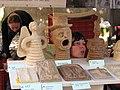 Hrnčířské trhy Beroun 2011, výrobky vyrobené Axmanovou technikou.JPG