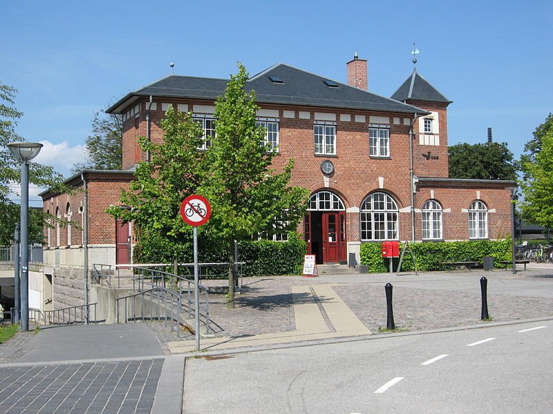 Humlebæk Station, entrance view.JPG