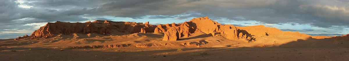 """Panorama bildo de la tiel nomataj """"Flamantaj klifoj"""", dezerto Gobio, Mongolio"""