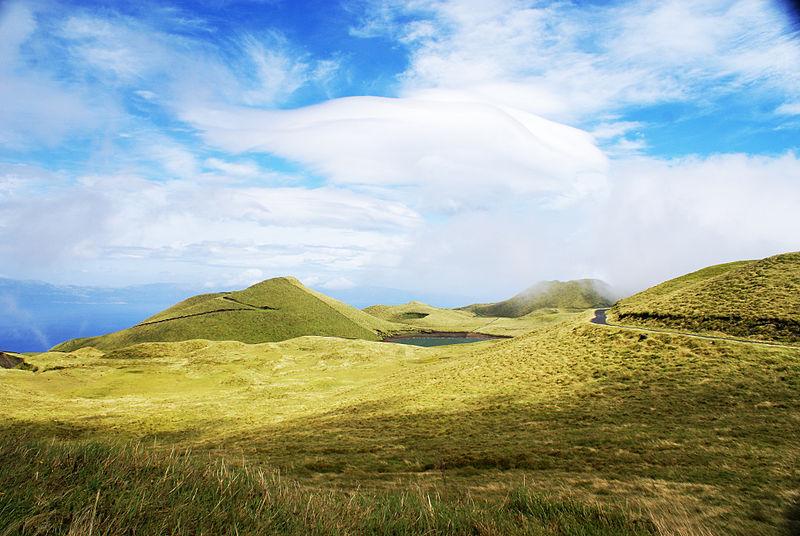 File:Interior montanhoso da ilha do Pico, lagoas perdidas no verde, Açores, Portugal.JPG