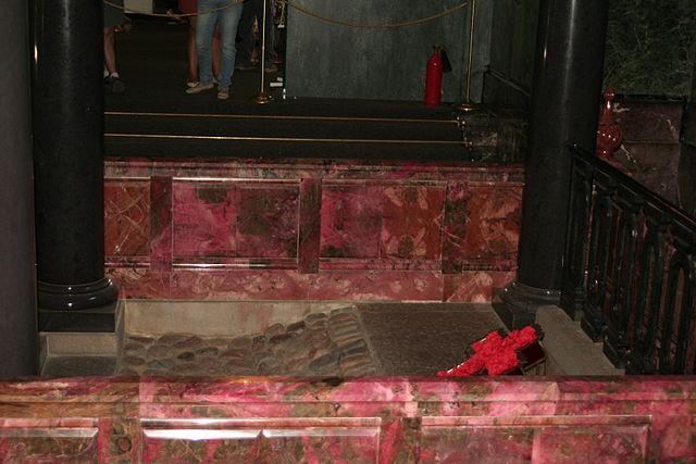 Место смертельного ранения Александра II. Спас на Крови. Оригинальная часть мостовой сохранена