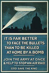 """Plakat des Luftschiffes über London bei Nacht mit dem Text """"Es ist weitaus besser, sich den Kugeln zu stellen, als zu Hause von einer Bombe getötet zu werden. Treten Sie sofort der Armee bei und helfen Sie, einen Luftangriff zu stoppen. Gott schütze den König""""."""