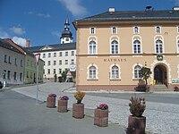 Kirche Alte Schule und Rathaus in Tanna.jpg