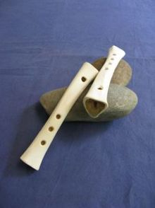 Nachbauten mittelalterlicher knochenflöten