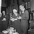 Koningin Juliana ontvangt een boek en prins Bernhard een speciale penning, Bestanddeelnr 917-8939.jpg