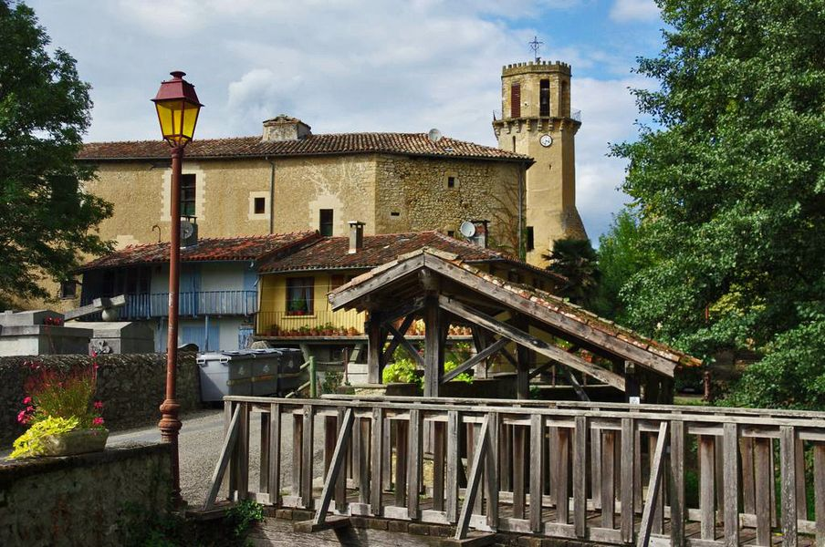 Ensemble monumental de Tourtouse.  Au 17ème siècle, la demeure de l'évêque Bruno de Ruade fut reconstruite avec les pierres de l'ancien château du 12ème siècle, sa partie postérieure s'appuyant contre la terrasse portant le donjon. Deux vastes salles ont conservé leurs plafonds à la française.