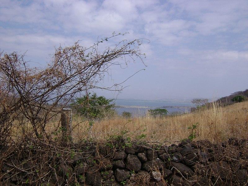 File:Lago de Güija, Las Cuevitas.jpg