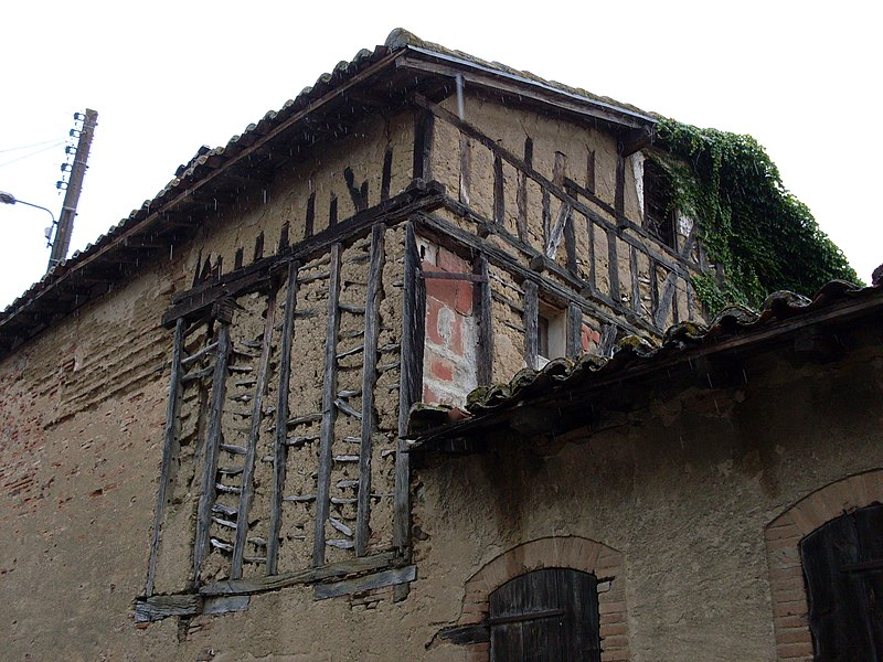 Maison partiellement avec pans de bois et torchis à Lavernose-Lacasse, Haute-Garonne, France.