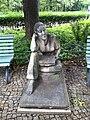 Lesendes Maedchen Jugendplatz Spandau1.jpg