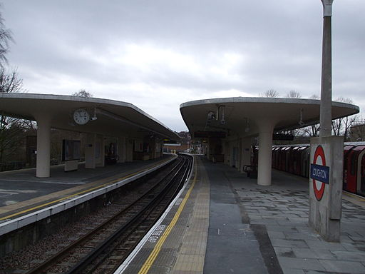 Loughton station centre platform south