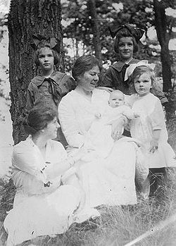 Louise Homer and children.jpg