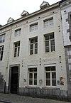foto van Huis met brede lijstgevel, rechts met afgekapt Maaslands hoofdgestel.