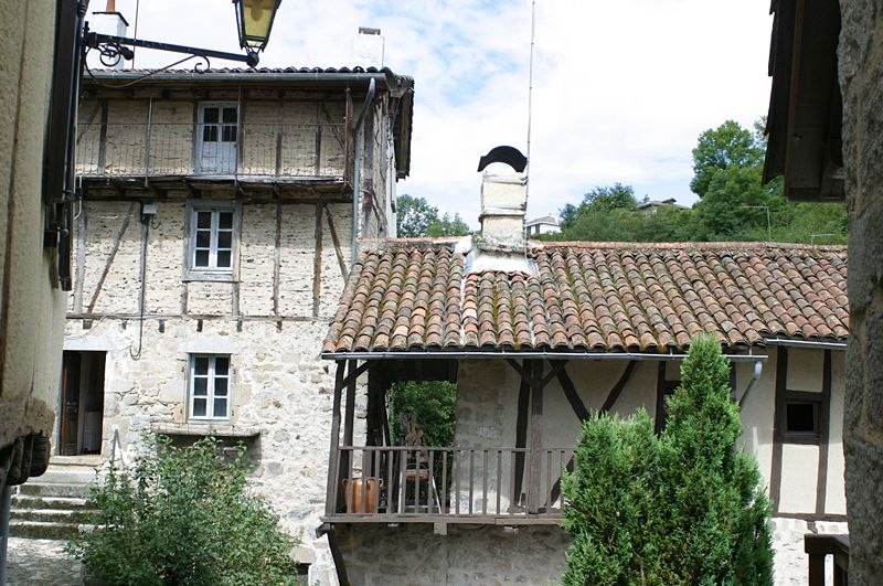 Villes et villages de charme du Cantal 800px-Maisons_Typiques_Laroquebrou_2934