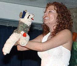 Mallory Lewis com seu boneco, filha de Shari Lewis
