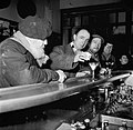 Mannen aan de bar van een café, terwijl een ervan melk in zijn glas giet, Bestanddeelnr 252-9500.jpg