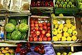 Manzanas amarillas y rojas junto a unas sandías en el Mercado Michoacán en la Condesa.jpg