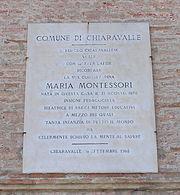 La targa posta sulla facciata della casa natale di Maria Montessori a Chiaravalle (Ancona)
