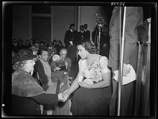 Marian Anderson greeting members of the audience 8d36839v
