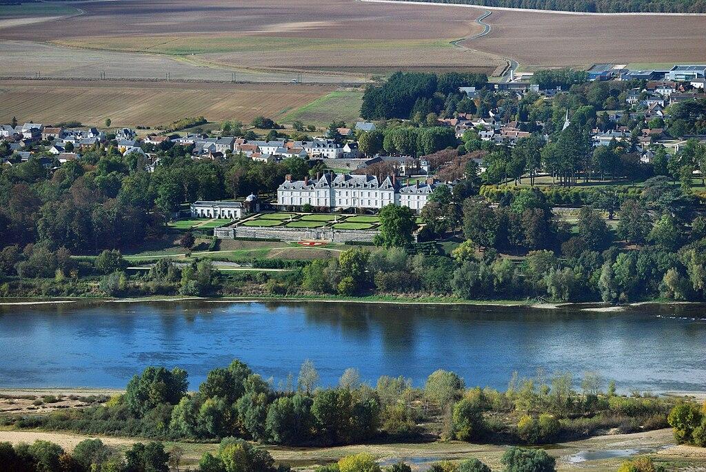 Menars castle and surroundings, aerial view.jpg
