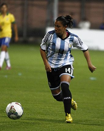 Mercedes Pereyra playing against Brazil at the 2014 Copa América Femenina.