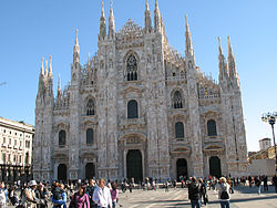 Milan Cathedral with tourists.jpg