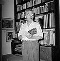 Moshe Sharett, voorzitter van de Jewish Agency, met in zijn hand een fotoboek ov, Bestanddeelnr 255-4722.jpg
