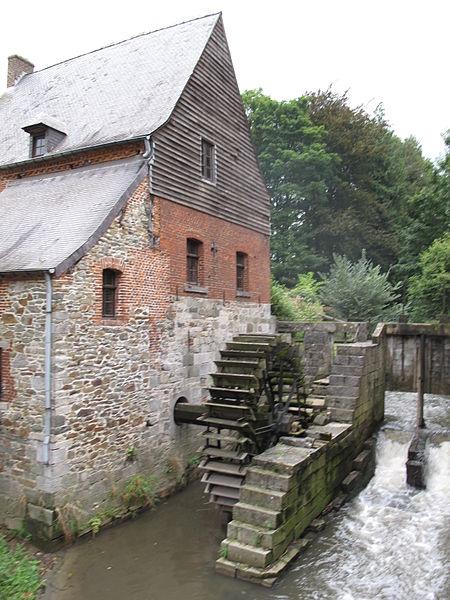 Moulin seigneurial avec sa roue, enclavé dans le parc du château des Comtes de Hornes