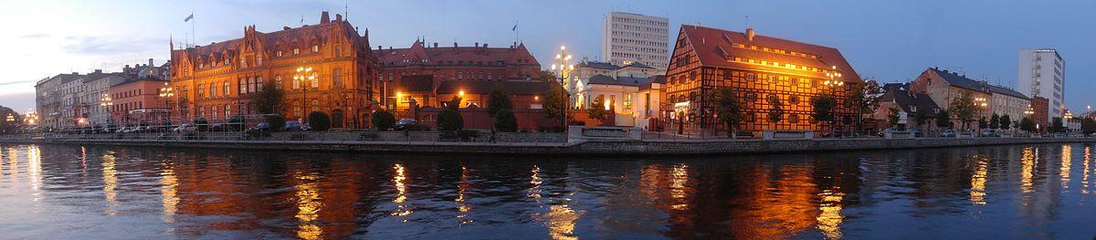 Polski: Północne nabrzeże Brdy w centrum miasta. Po lewej neogotycki budynek Poczty Głównej (1899), po prawej szachulcowy spichlerz (1830), pośrodku wieżowiec Urzędu Wojewódzkiego