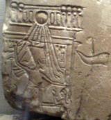 Rilievo frammentario raffigurante, in via del tutto eccezionale, la Grande sposa reale Nefertiti mentre abbatte i nemici. Museum of Fine Arts, Boston.