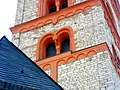 Niederolm (Rheinland-Pfalz)-Kirchturm von Norden-drittes Obergeschoss mit Biforium (eingestellte Rundsäule mit Würfelkapitell) und Rundbogenfries-17052012.JPG