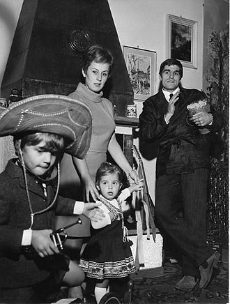 Nino Benvenuti - Benvenuti with wife Giuliana Fonzari and two sons