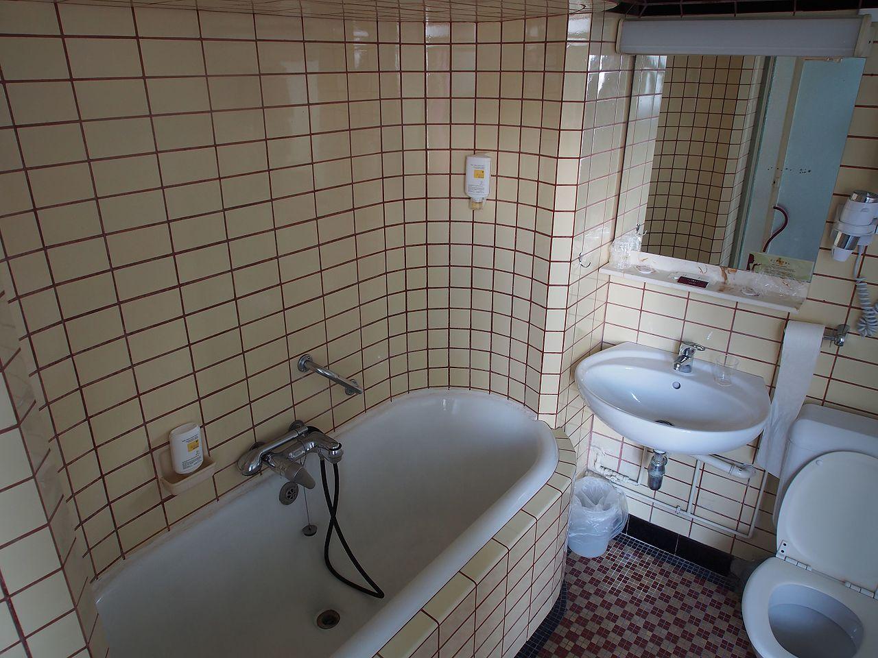 File Old Bathroom With Subway Tiles Jpg, Old Bathroom Tile